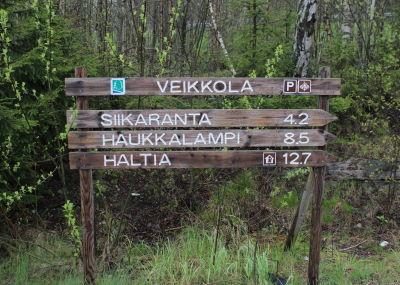 16, Nuuksion opaskyltti Veikkolassa,  kuva Teemu Tamminen, _2015_05_13_0304.JPG